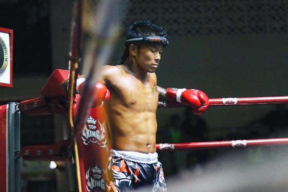 神戸ムエタイフィットネス 男性トレーナー ボクシンググローブ